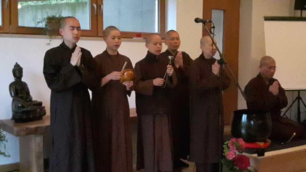 Monastics vom EIAB singen ein Begrüßungslied