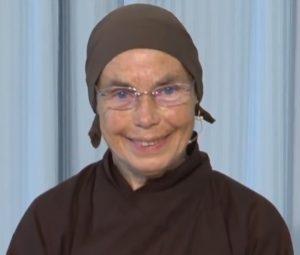 Schwester Jina beim Vortrag